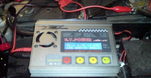 Правильная зарядка автомобильного аккумулятора — каким током заряжать и какое должно быть напряжение?