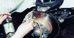 Когда и зачем менять тормозную жидкость, ведь тормоза работают нормально