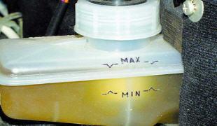 Как проверить уровень тормозной жидкости
