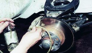 Когда и зачем менять тормозную жидкость
