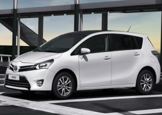 Toyota Verso на дороге