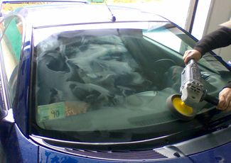 Процесс полировки лобового стекла