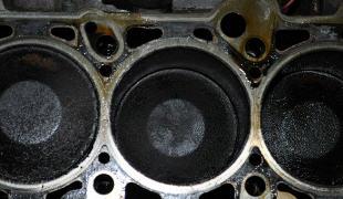 Проверяем зазор между поршнем и цилиндром в двигателе автомобиля