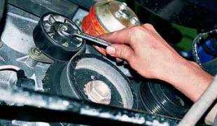 Как заменить натяжной ролик ремня генератора