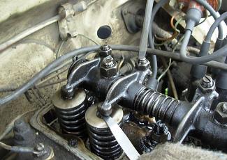 На фото — регулировка клапанов двигателя