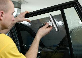 Оклеивание стекла тонировочной пленкой — фото, avtonews.tv