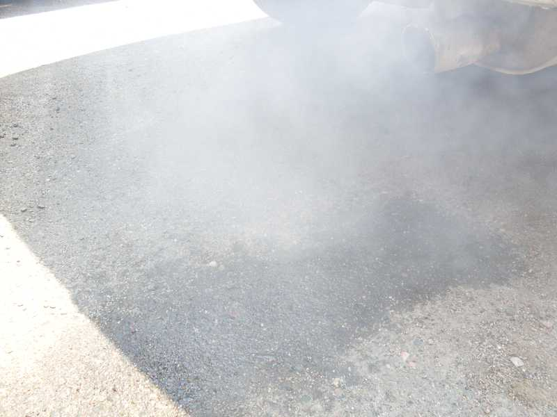 Сизый дым из глушителя