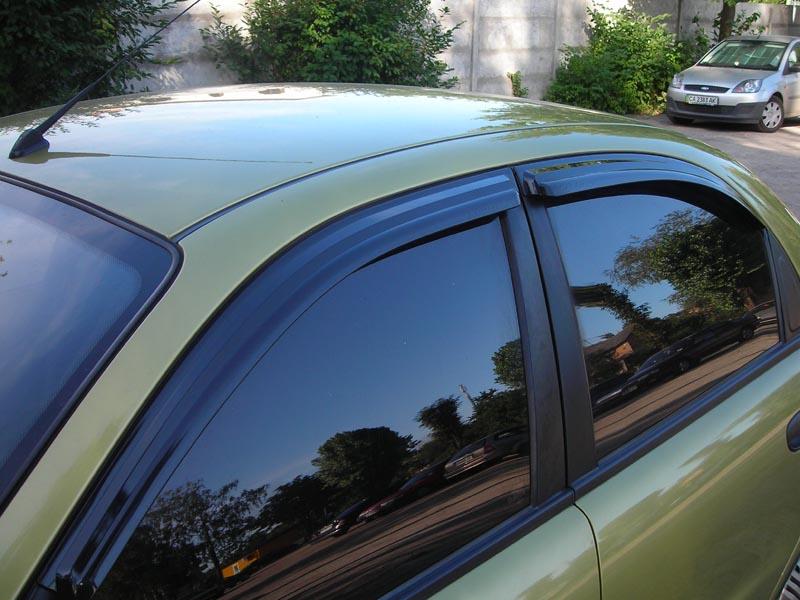 На фото автомобиль с установленными боковыми дефлекторами