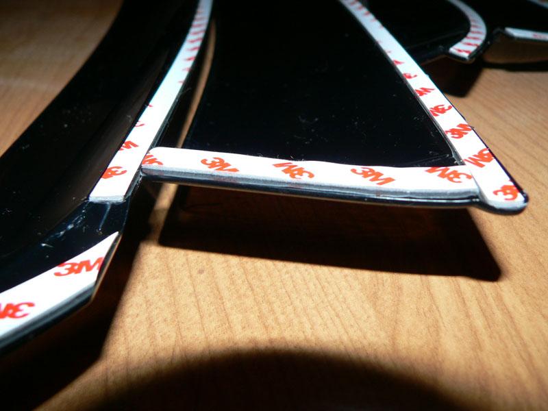 На фото обратная сторона дефлектора с 3М скотчем для крепления