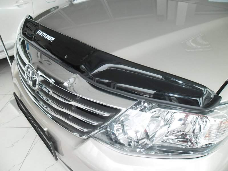 На снимке Toyota с дефлектором на капоте