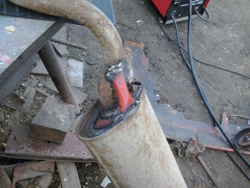 На фото процесс самостоятельного ремонта глушителя
