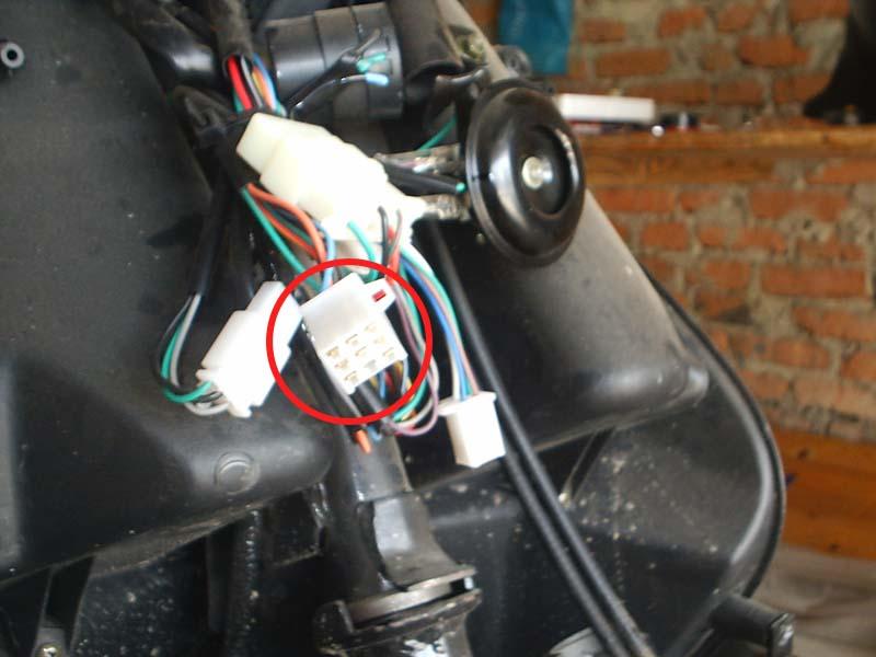 На фотографии разъем для подключения сигнализации на скутер